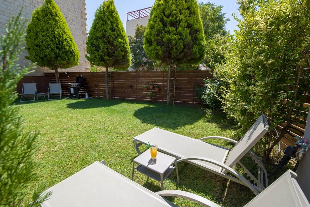 Garden with lawn & Barbecue Broil King